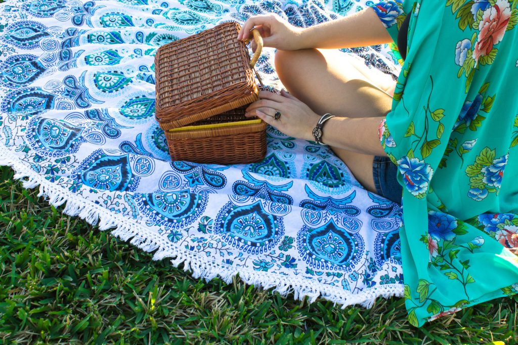KitchenSpain: Enjoying picnic outside the house